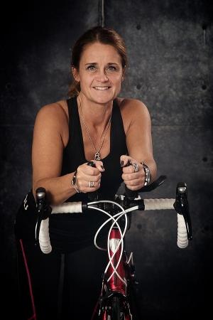 Kvinna sittandes på träningscykel