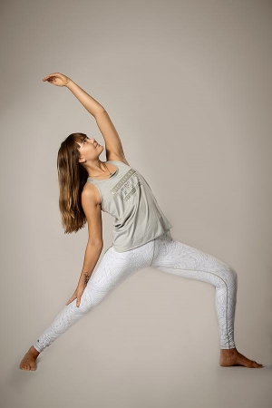 Ung kvinna i yoga ställning