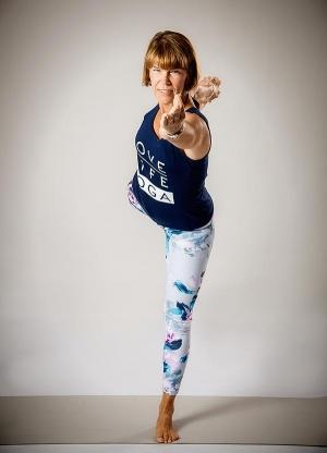Kvinna som håller yogaställning