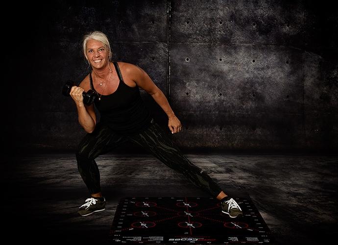 Kvinna som tränar med en 3D-matta