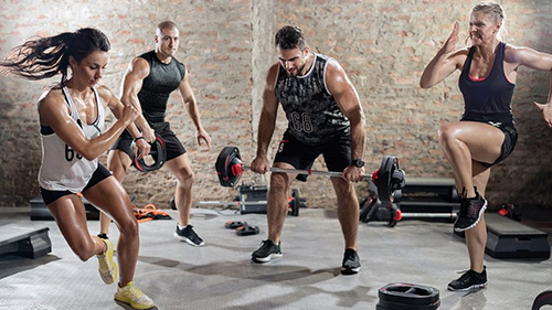 Personer som tränar ett gruppass